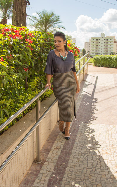Look do dia: saia cinza midi com fenda frontal