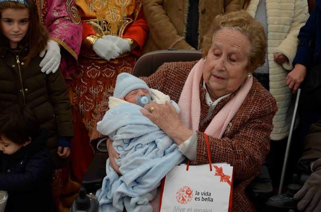 Leo recibe la canastilla para el primer nacido en Navidad