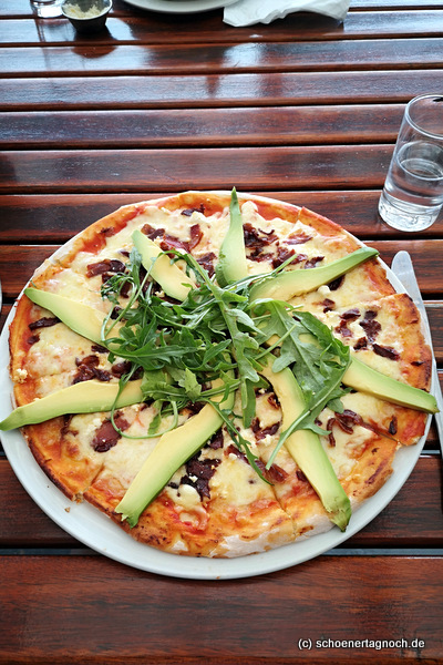 Pizza mit Speck, Feta, Avocado und Rucola in Südafrika