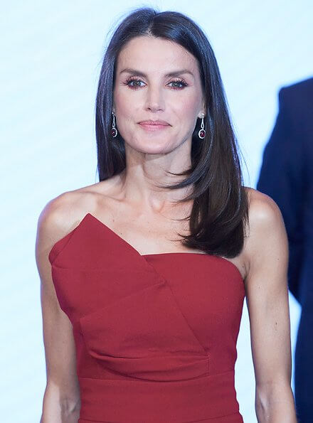 Queen Letizia wore a red dress by Roberto Torretta, a slingback pumps from Manolo Blahnik, she carried Bottega Veneta satin clutch