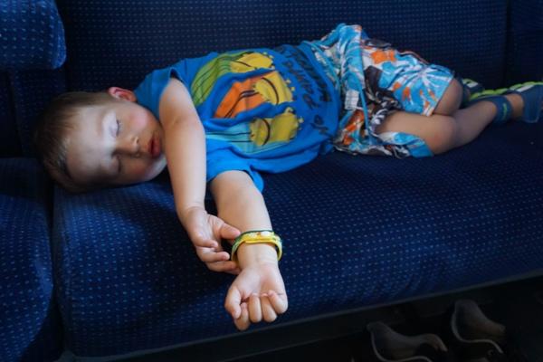 Szymek śpi w pociągu - koszulka z minionkami lidl