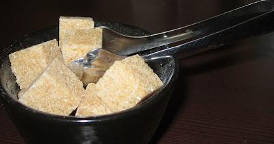 Azúcar y pinzas de servir
