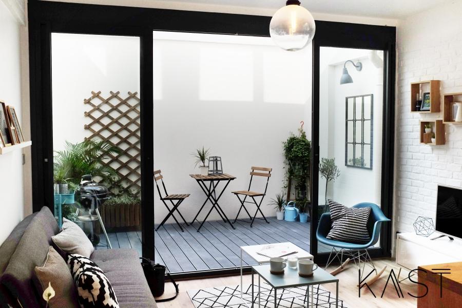 Mały apartament w stylu loftowym - wystrój wnętrz, wnętrza, urządzanie mieszkania, dom, home decor, dekoracje, aranżacje, styl loftowy, loft, styl industrialny, małe wnętrza, kawalerka, małe mieszkanie, otwarta przestrzeń, salon, living room, kuchnia, kitchen, taras, stoliki kawowe, fotel bujany