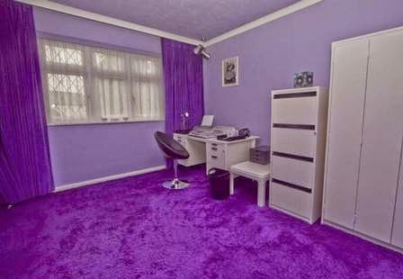Oficina decorada con morado