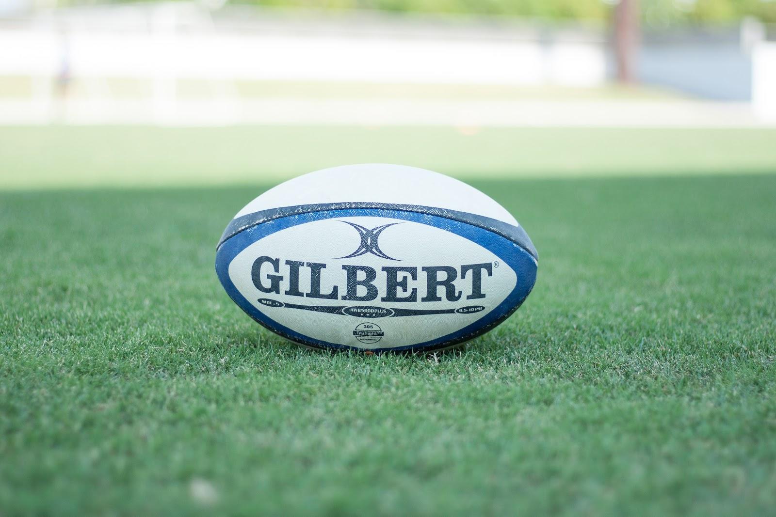 芝生の上のギルバートの白いラグビーボール