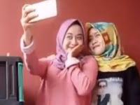 Dua Gadis Berjilbab ini Dihujat Saat Siaran Langsung, Netizen Geram Saat Lihat Bagian Bawahnya, Miris Banget