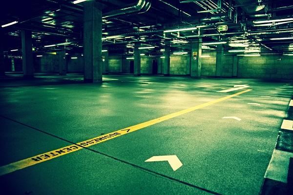 Foto del estacionamiento vacio de un estadio de futbol