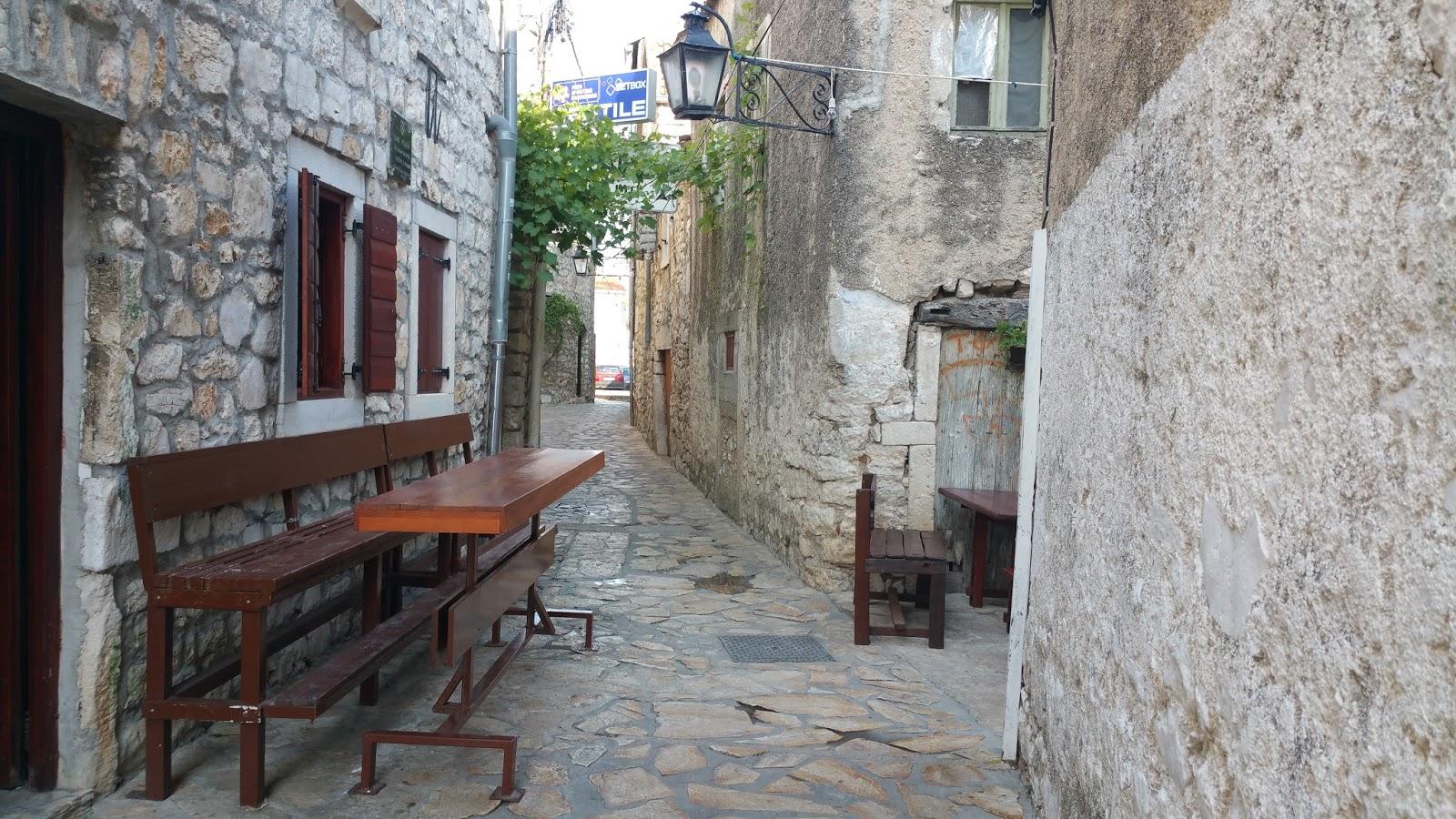 Urige und enge Gasse in einer kleinen Altstadt in Kroatien