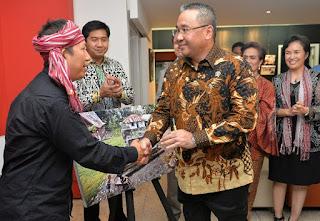 """peluncuran buku dan pameran fotografi tentang """"Danau Toba dan Mangongkal Holi"""" karya Hasiholan Siahaan di Institut Francis Indonesia."""