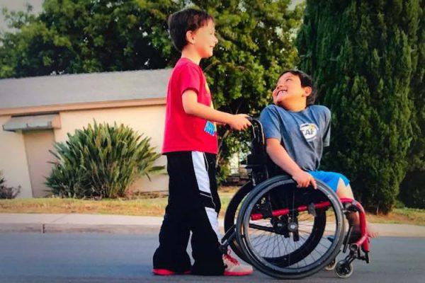 Menino na cadeira de rodas
