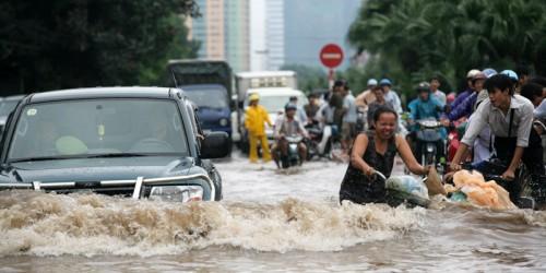 Người dân lội nước cống Hồ Chí Minh - ăn thực phẩm nhiễm độc chỉ vì không quan tâm chính trị