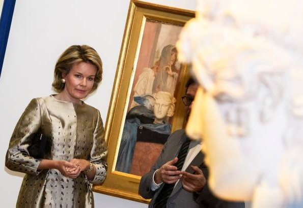 Belgian artist Fernand Khnopff' exhibition at the Petit Palais. Queen Mathilde wore Natan coat and she wore Natan pumps