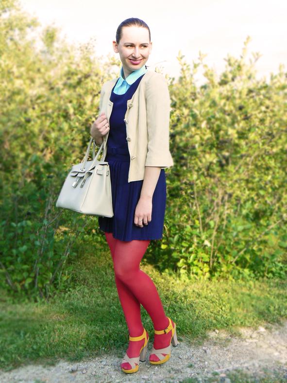 Retro plisowana sukienka i czerwone rajstopy