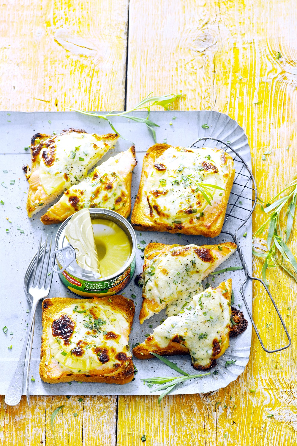 How To Make Pineapple And Gorgonzola Toast.