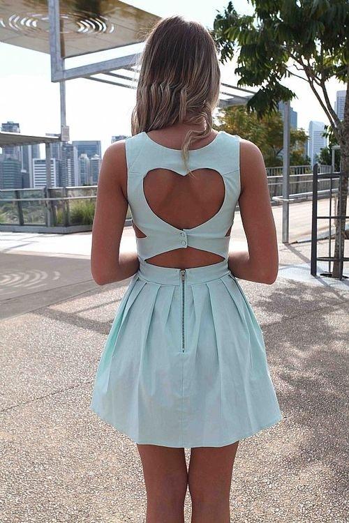 šaty s vykrojenými zády