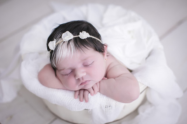 Bebê nasce com franja branca em BH e faz sucesso nas redes sociais