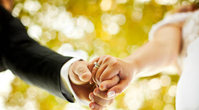 10 علامات تؤكد أنك أصبحت مؤهلا وجاهزا للزواج رجل يمسك يد امرأة زوجه زوجة عريس عروسة زفاف حفل man woman groom bride holding hands