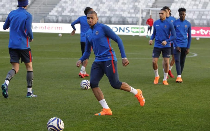6734730ab59 Mbappé Trains in Exclusive Nike x Off-White Mercurial Superfly 360 ...
