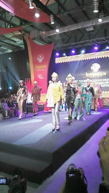 Melihat Fashion show kain tapis di kriya nusa