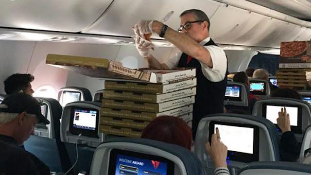 Piloto ordena pizzas para los pasajeros para compensarlos
