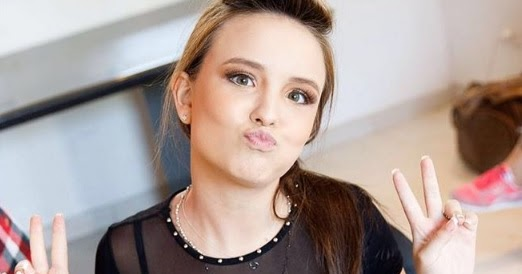 Larissa Manoela exagera na maquiagem e é comparada a ET   FUROS E FLAGRAS  DOS FAMOSOS 19f6d72105