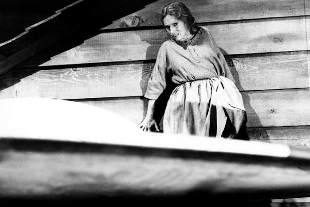Agnès Moorehead dans l'épisode Les Envahisseurs (2.15) de la série La Quatrième Dimension, créée par Rod Serling (1959-1964)