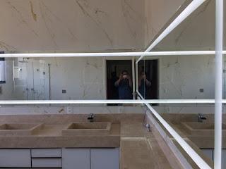 foto de espelho com luz de led para banheiro