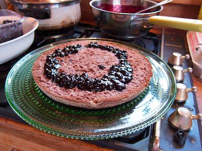 mustikkahillo suklaakakkupohjalla