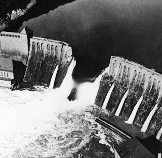 Fotografía de la rotura de la presa del Möhne en 1943