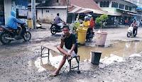Jalan Rusak Tak Jauh dari Rumah Wakil Bupati, Warga Taruh Pot Bunga dan Kayu Penghalang