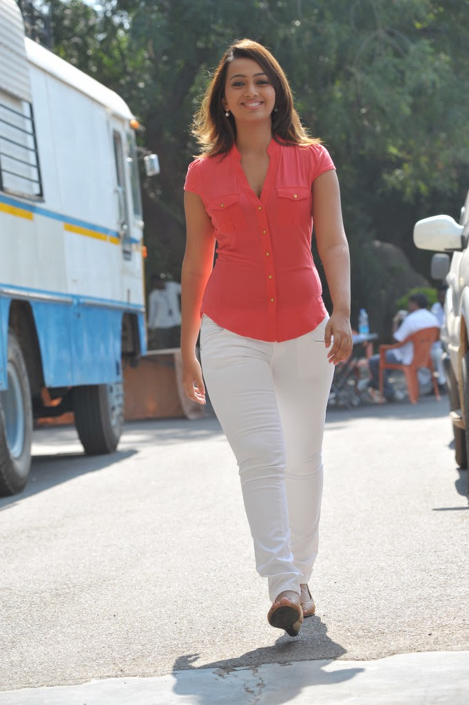 Ester noronha leates photos in white jeans from 1000 abaddalu telug movie