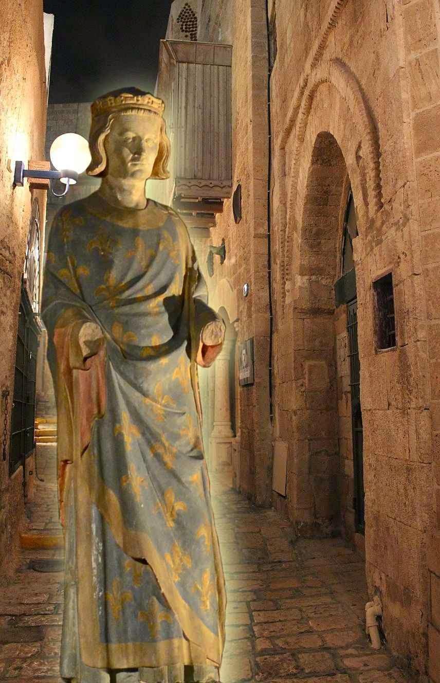 Estátua de São Luis. Fundo: rua medieval de Jaffa.