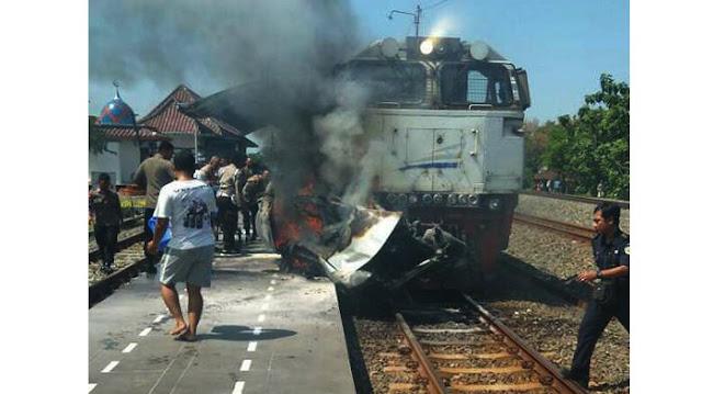 Innalillahi, Ngeri! Tabrakan Avanza Vs Kereta Api, Korban Meninggal Terbakar Hidup-hidup