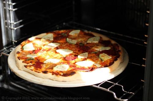 pizza z cukinią mozzarellą i pikantną salami
