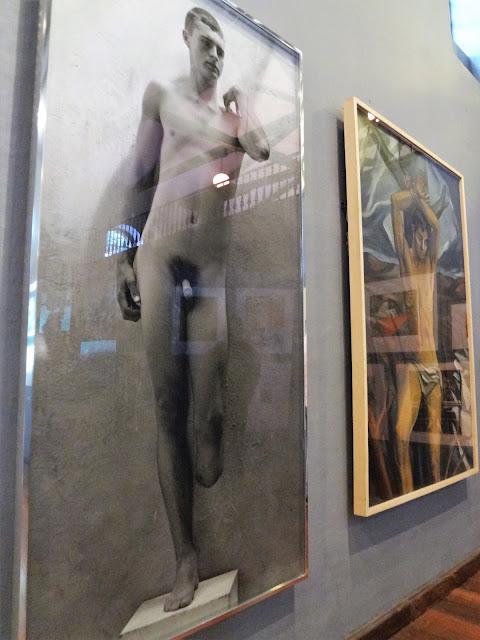 左足のないダビデ像を意識した実写