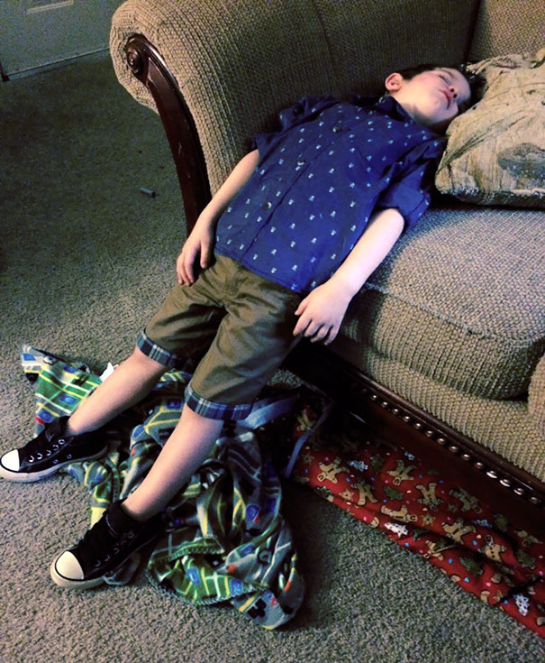 15+ Hilarious Pics That Prove Kids Can Sleep Anywhere - Napping While Half Standing