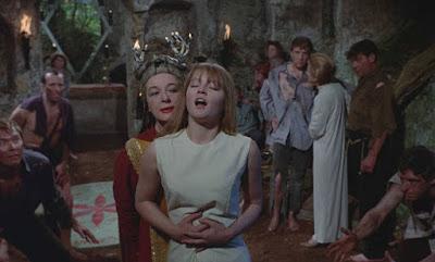 Kay Walsh y Ingrid Brett en Las Brujas 1966