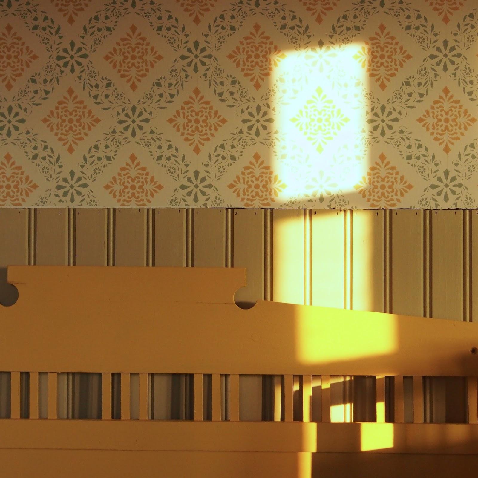 Pihasaunan pukuhuoneen sisustus. Mökkisaunan sisustus / ideoita / sisustusvinkkejä. Maalattu takka.