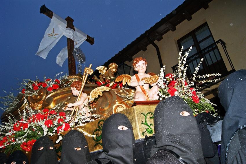 """Paso del """"Lignum Crucis"""" bajo lluvia en el año 2012. Real cofradía de Minerva y Vera Cruz. León. Foto M. Soto"""