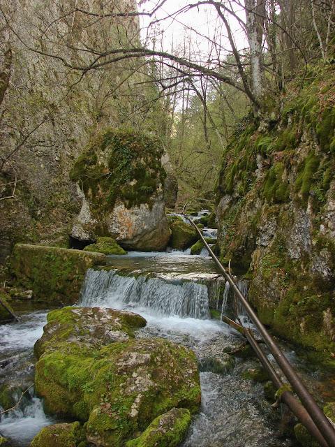 Самое узкое место каньона, каменные глыбы и водопады