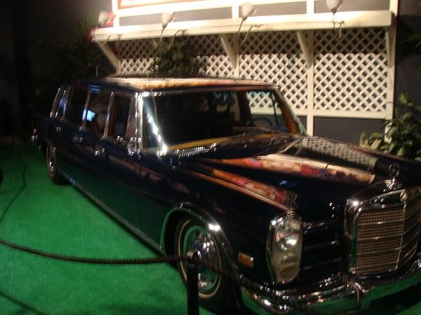 Vor dem Mercedes 600 von Elvis Presley in Memphis, Tennessee