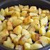 بطاطا مقطّعة ومحمّرة بالفرن مع أعشاب طازجة