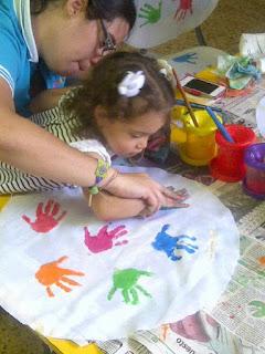 Sophia pintando y estampando las manos (3 años)
