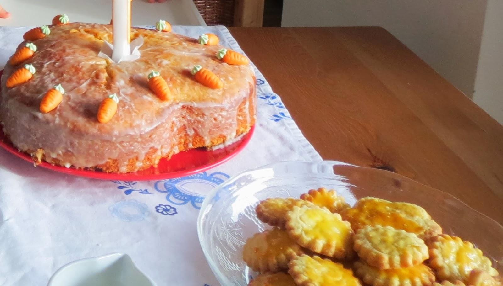 1. Geburtstagsfeier des Babys mit babygerechtem Karrotenuchen und Keksen