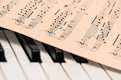 4 beneficii ale cursurilor de canto și muzica
