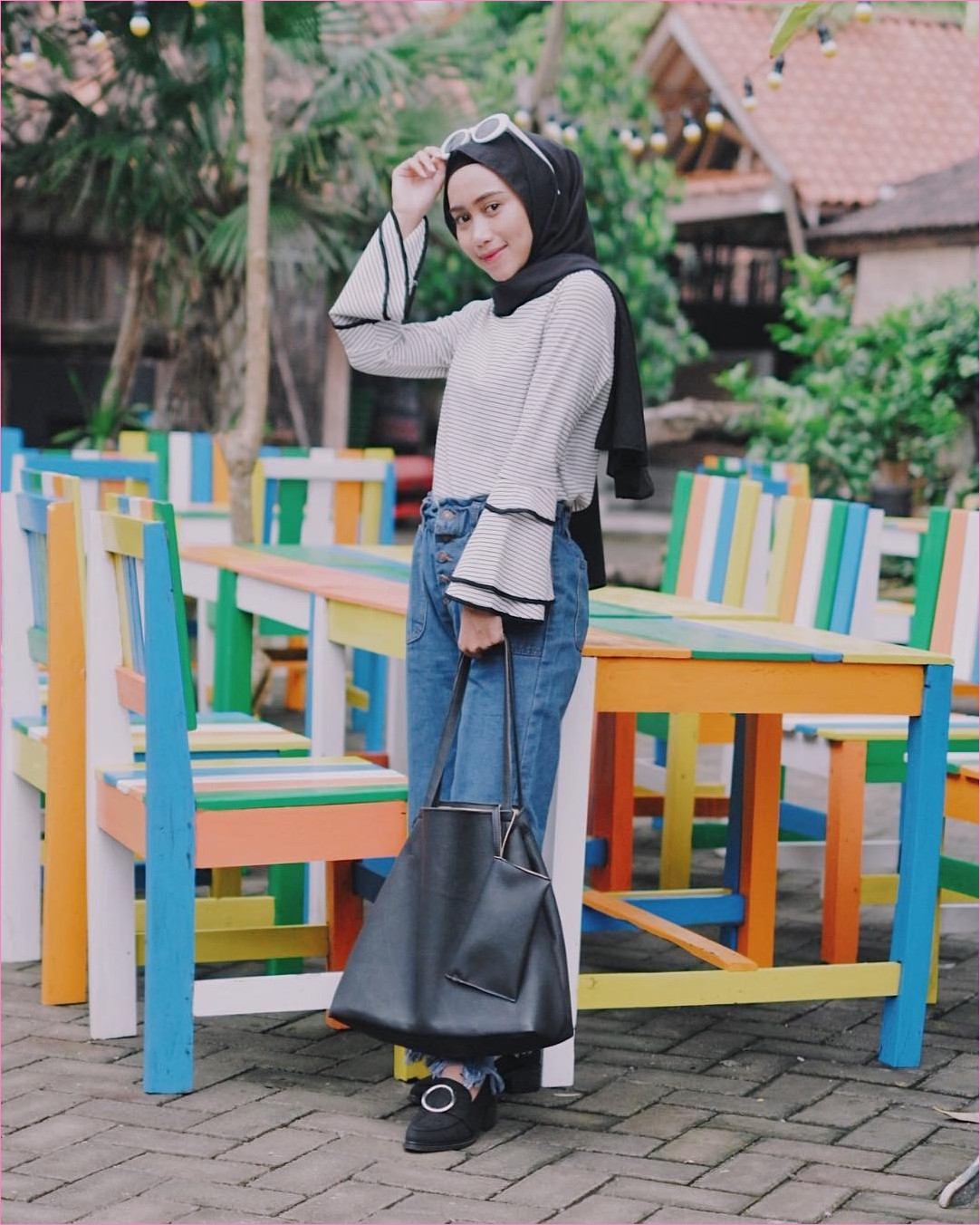 Outfit Celana Jeans Untuk Hijabers Ala Selebgram 2018 top blouse stripe putih totebags hijab pashmina diamond hitam pants jeans denim ciput lace ups loafers and slip ons kacamata bulat ootd trendy