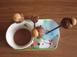 Sucettes gourmandes à l'Ovomaltine crunchy et aux flocons d'avoine sur un plateau accompagnnées d'un chocolat chaud  (Battle Food #64)