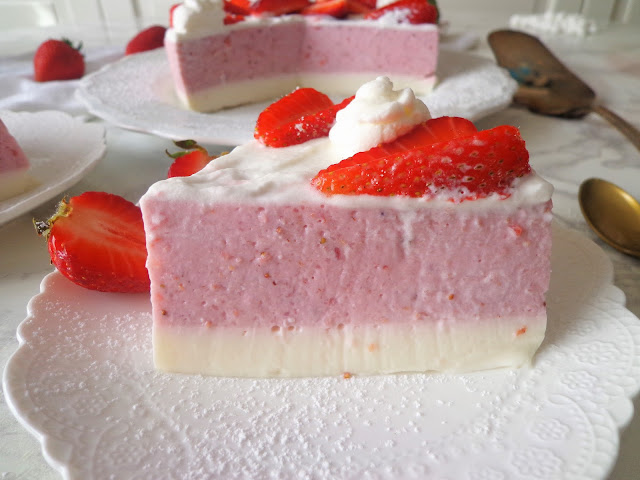 Truskawkowy sernik na zimno z ricotty i śmietany (Cheesecake fredda con fragole, ricotta e panna)