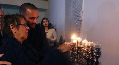 Nueve velas encendidas marcaron el inicio de la fiesta judía de las luces, un sencillo acto que se celebró ayer tarde junto al solar donde está previsto el centro cultural sefardí, junto a la calle Granada.