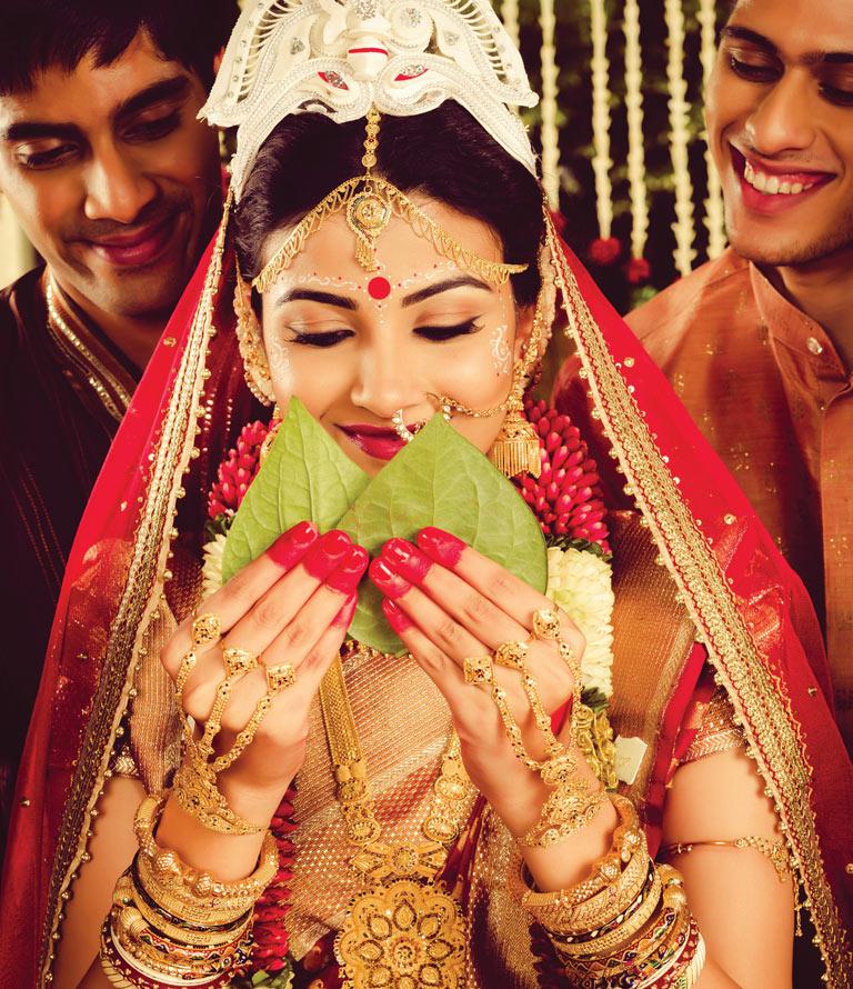 Why do married Bengali women wear shakha pola?